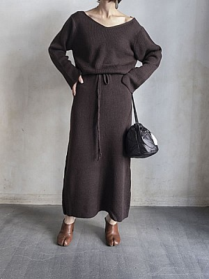 WRYHT/CURVED-NECK KNIT DRESS